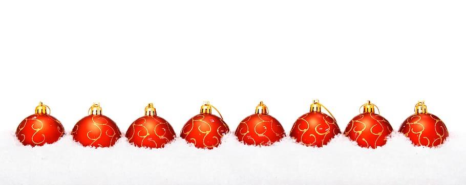 Photo: Boules de Noël rouges et or alignées.