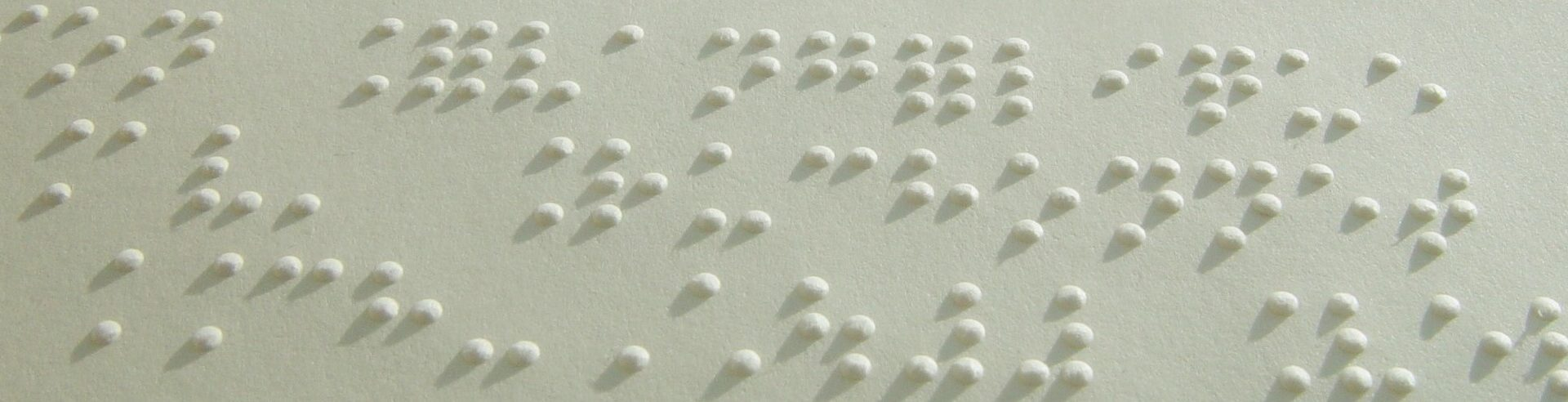 Photo: Vue partielle d'un document braille.