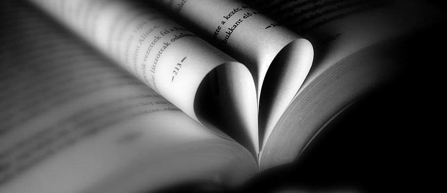 Photo: Livre ouvert avec deux pages pliées en forme de coeur en son centre.
