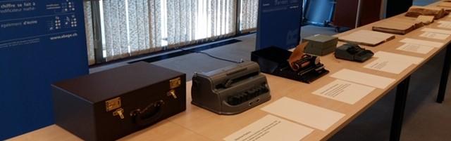 Photo: Stand présentant divers appareils à écrire le braille.