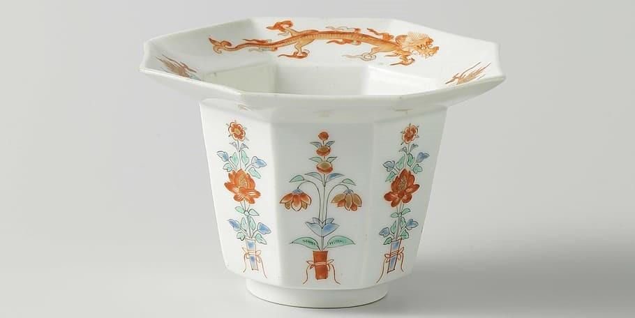Photo: Tasse en porcelaine peinte.