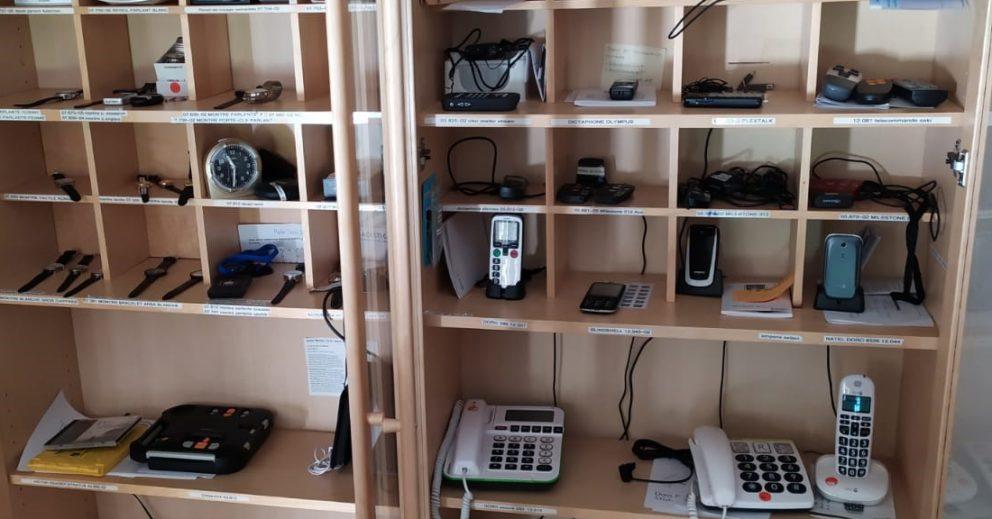 Photo: étagères pleines de moyens auxiliaires, dans la salle d'exposition du CIR.