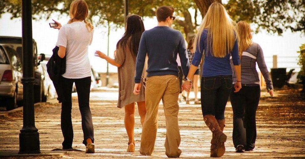 Photo: groupe de cinq jeunes se promenant dans un parc