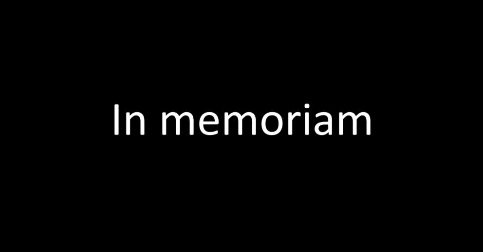Photo: texte «In memoriam» écrit en blanc sur fond noir.