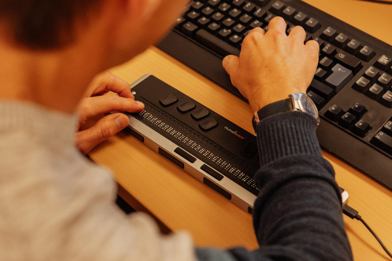 Photo: plage braille connectée à un ordinateur .