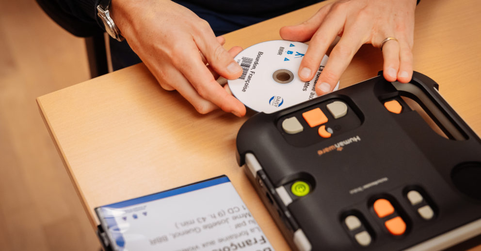 Photo: un CD est introduit dans un appareil de lecure Viktor.