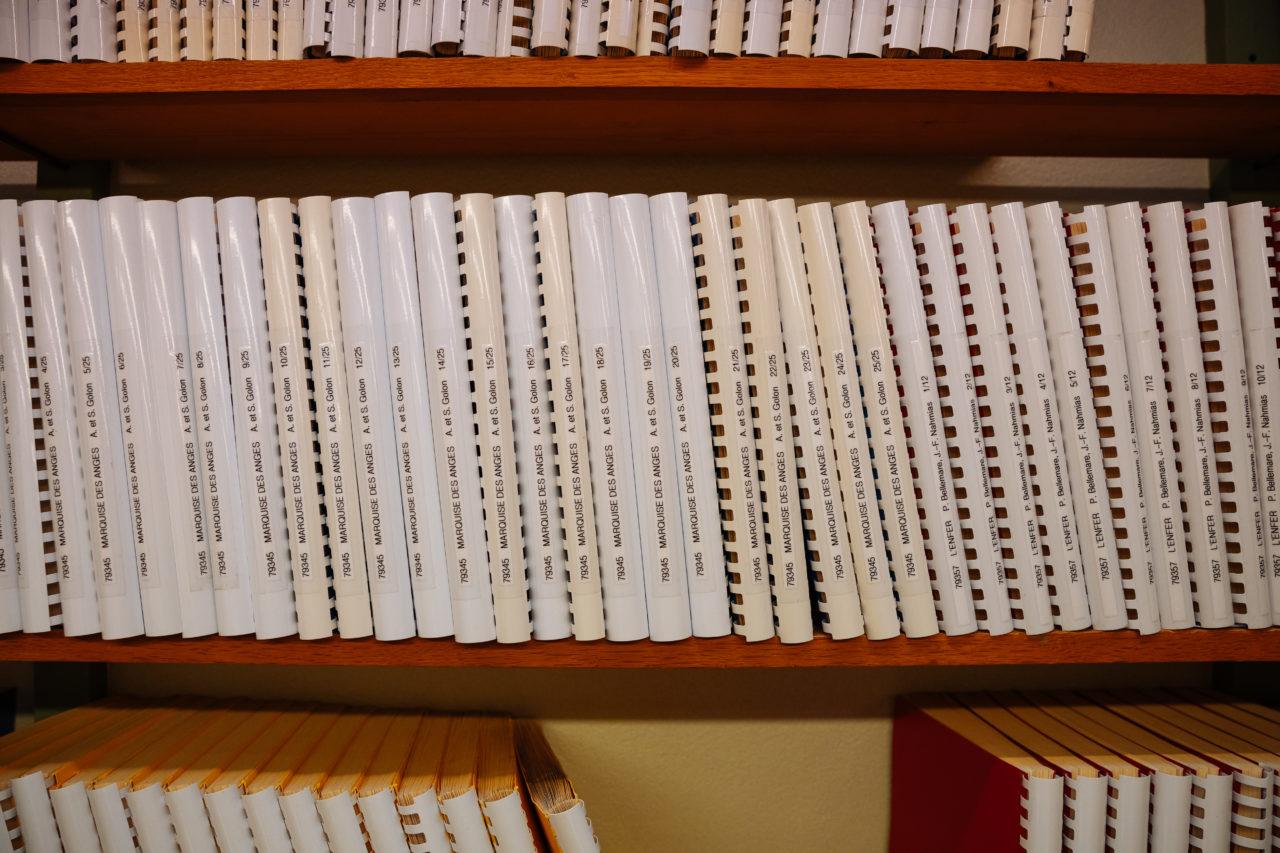 Photo: des livres brailles sur une étagère.