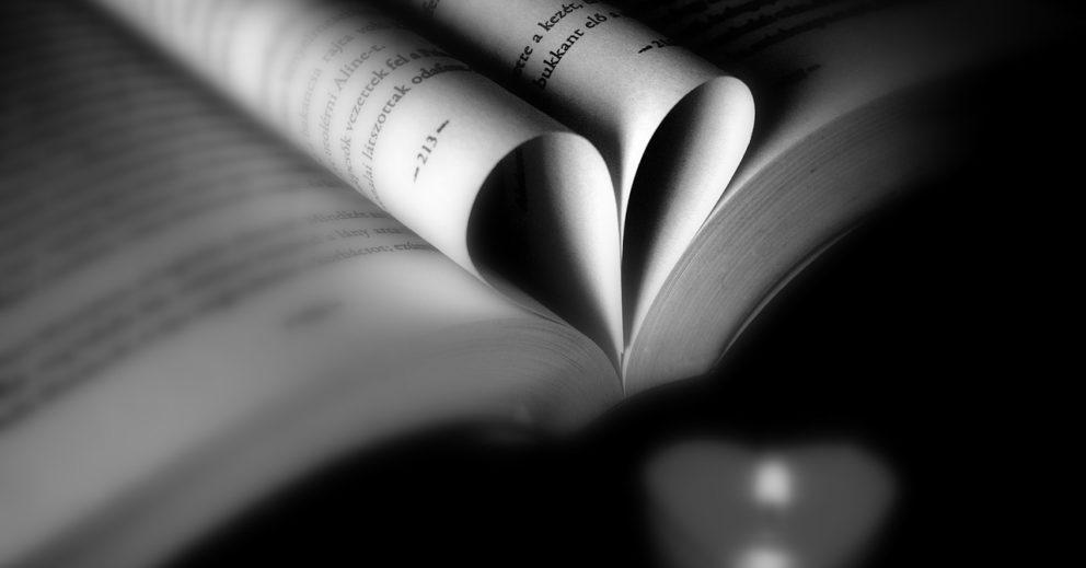 Photo: Livre ouvert avec deux pages pliées en forme de cœur en son centre.
